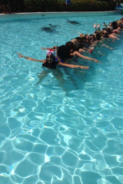 El Gordo pasó nadando por debajo, aguantando la respiración.