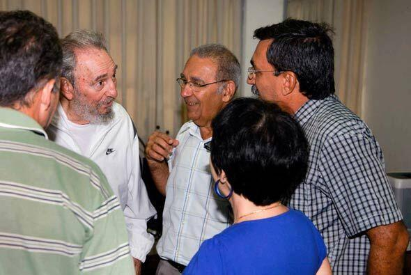 El sitio web oficial Cubadebate publicó cinco fotos del líder cubano fir...