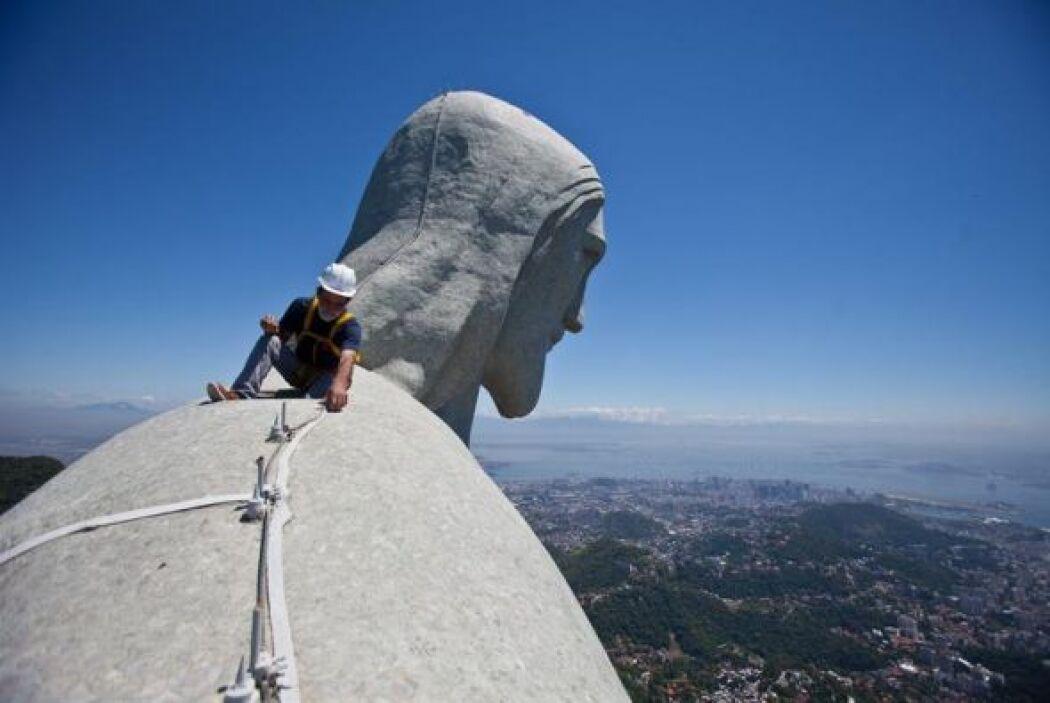 El Cristo está empotrado en lo alto de una montaña y ofrece una espectac...