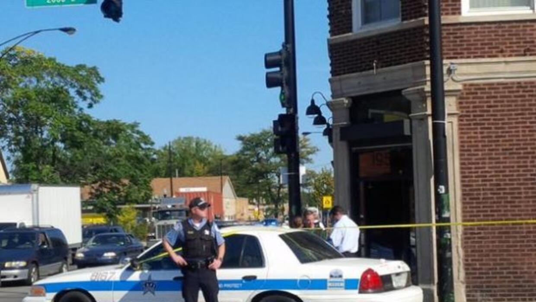 Un grupo de hombres entraron a una barbería y comenzaron a disparar a di...