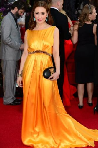 Ni el sol deslumbra tanto al verlo como el vestido amarillo de Alyssa Mi...