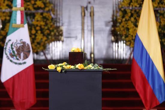 Las banderas de México y Colombia flanquearon la urna con las cen...