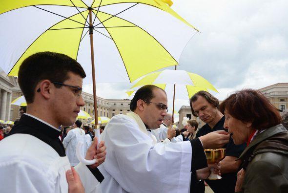 Los fieles tuvieron que acercarse para recibir la hostia consagrada.