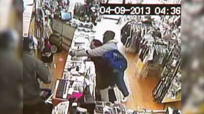 Hombre se defiende durante asalto a mano armada