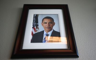 La foto oficial de Obama decora una pared de una terminal de deportacion...