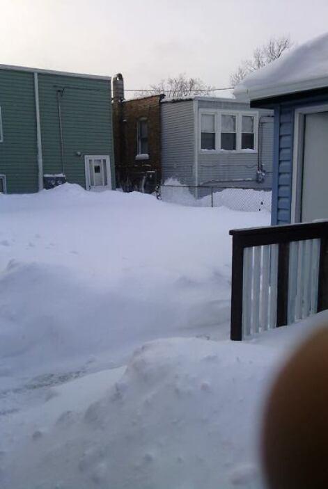 La nieve cubrió por completo los patios y entradas de las casas, según n...