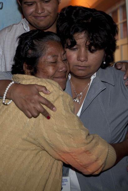 El abrazo entre Emeteria Gutiérrez, de 67 años y su hija Ana Ortiz, de 4...