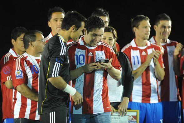 El arquero Justo Villar y todo el plantel paraguayo aplaudieron al queri...