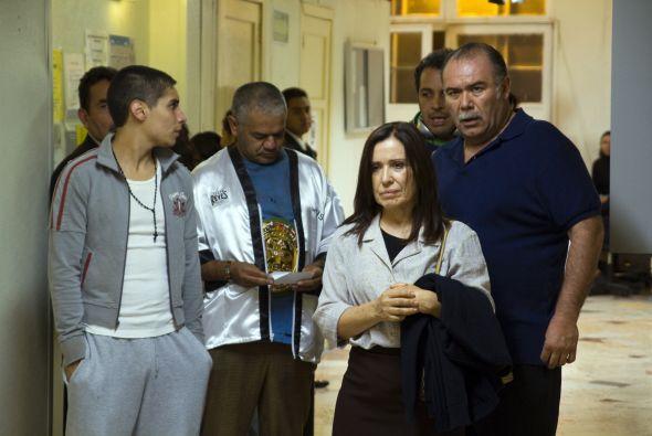 María Rojo interpreta a Doña Consuelo, la madre de Asís; ella siempre se...