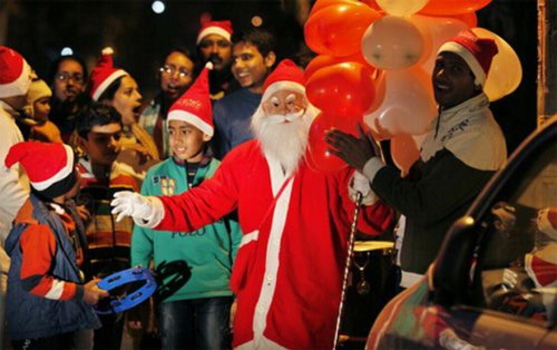 Un cristiano devoto que lleva un traje de Santa Claus va de puerta en pu...