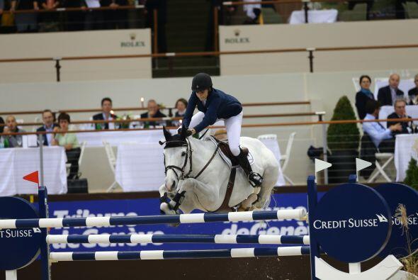 Pero de pronto, el caballo de Athina tropezó en una de las vallas.