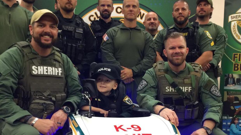 Sueño de navidad: Policía le convierte silla de ruedas en patrulla