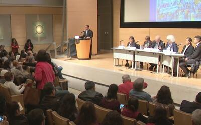 Discuten cómo luchar contra deportaciones masivas en foro informativo