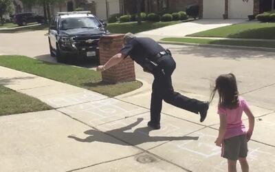 La cara más amable de la ley: policía se toma un momento para jugar a la...