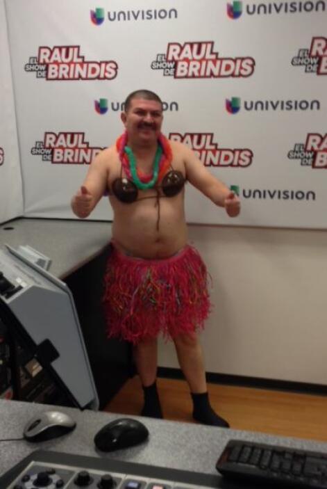 """Él decidió vestirse de """"Hawaiana"""", con cocos, hula y toda la cosa...   M..."""