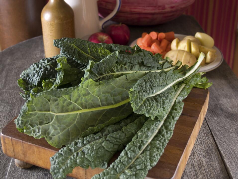 Las verduras de hojas verdes, como las espinacas, las acelgas o la col r...