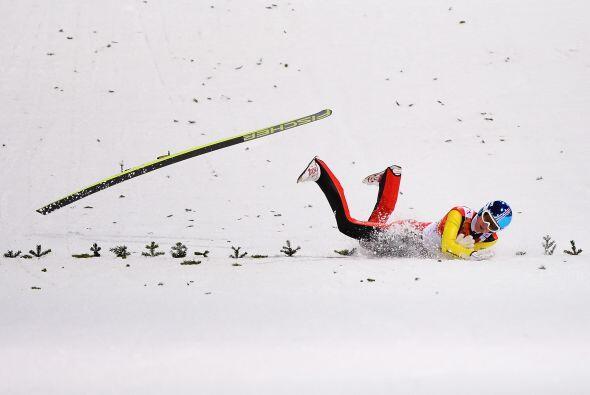 Severin Freund, de Alemania, se estrelló contra el piso en la pru...