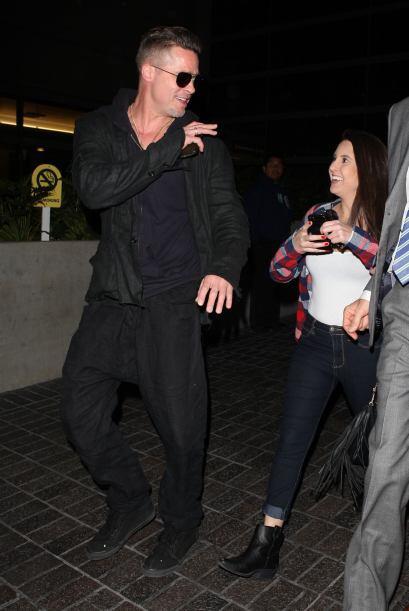 ¿Qué le estará diciendo Brad Pitt a esta fan&aacute...