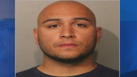 Latino acusado de darle un puñetazo a una guardia de seguridad compareci...