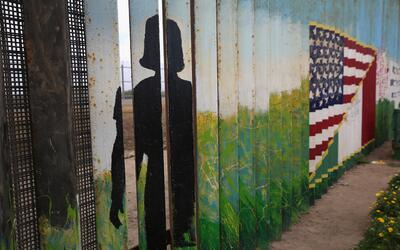 Según el relato de las adolescentes, un agente fronterizo les hiz...