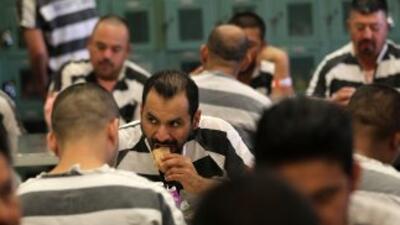 Las cárceles administradas por el alguacil Joe Arpaio están saturadas de...