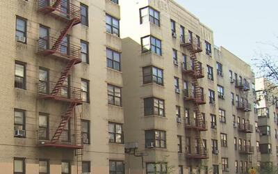 Hallan a un bebé seriamente herido al interior de una vivienda en El Bronx