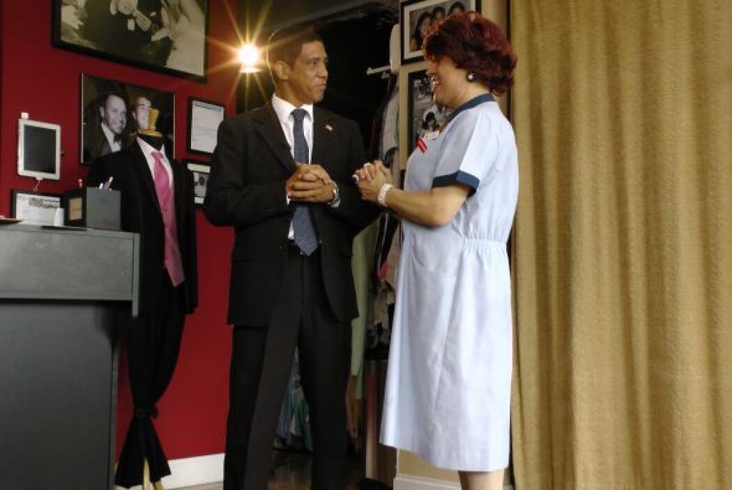 El traje en color negro, con camisa blanca y zapato negro lo hacían ver...