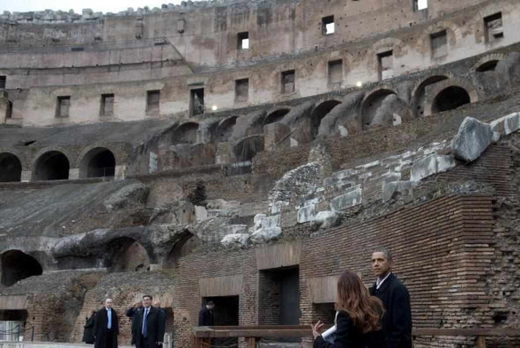 Mientras Obama recibía las explicaciones de la arqueóloga, en un paseo t...
