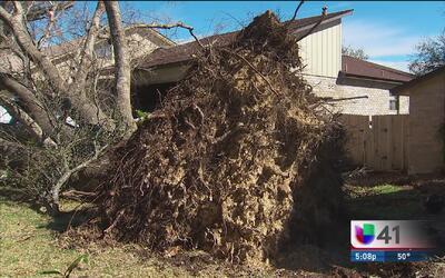 Vecinos al noreste de San Antonio viven el paso de un sistema de tornado...