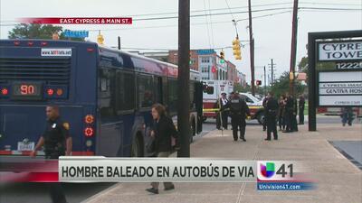 Asesinan a un joven dentro de un autobús