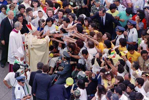 Multitudinarias delegaciones esperaban por el Sumo Pontifice durante sus...