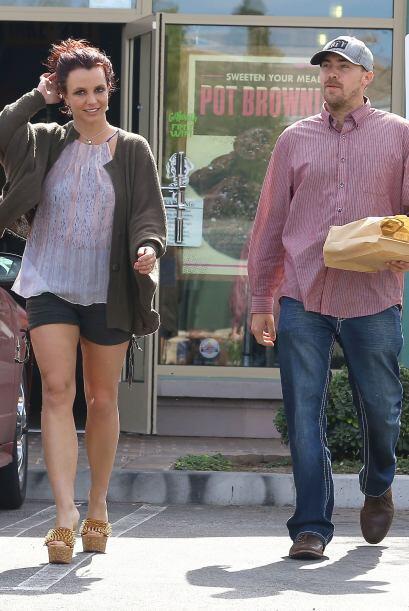 Britney Spears, ahora de pelirroja, salió a comer con su amorcito, David...
