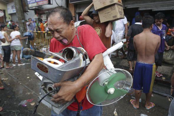 Haiyan cortó el suministro eléctrico, las comunicaciones, dañó los aerop...