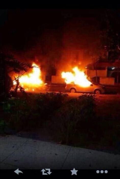 Automóviles incendiados durante una protesta en Valencia, estado de Cara...