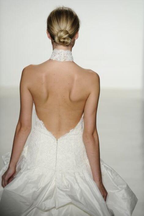 Este vestido con cuello 'haltier' con escote en la espalda es sensual y...
