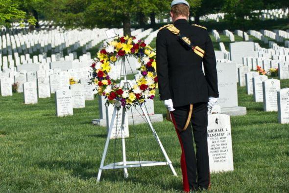 El príncipe colocó una ofrenda floral en la Tumba del Soldado Desconocido.