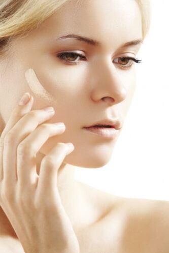 El uso de una base hará que tu piel luzca pareja y sobre todo con una pe...