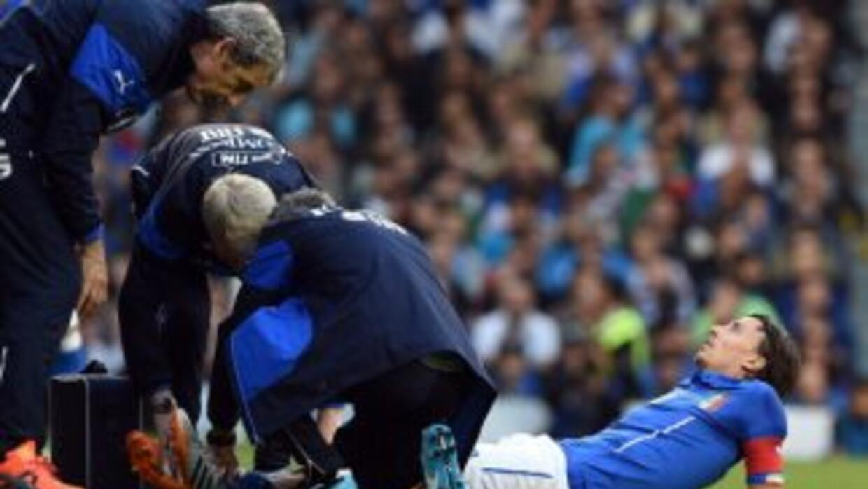 Riccardo Montolivo es atendido luego de su lesión.