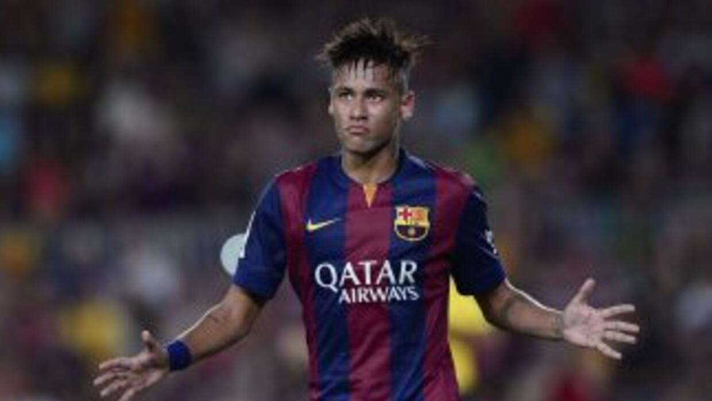 Neymar regala autógrafos mientras calentaba.