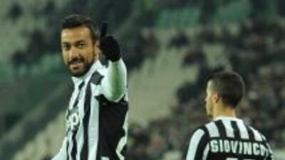 Quagliarella festeja su gol y al fondo se ve a Giovinco, otro de los ano...