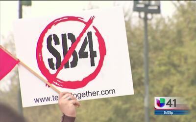 Manifestantes llegan hasta el capitolio estatal en rechazo a la propuest...