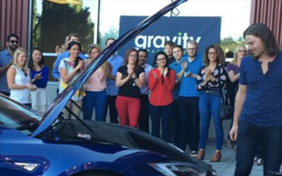 Dan Price, presidente de Gravity Payments, recibe un Tesla Modelo S 2016...