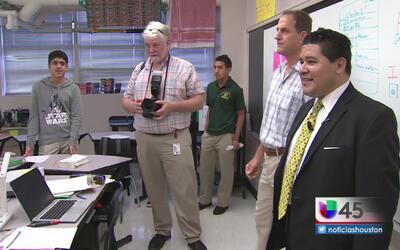 Nuevo superintendente escolar de Houston da la bienvenida a alumnos