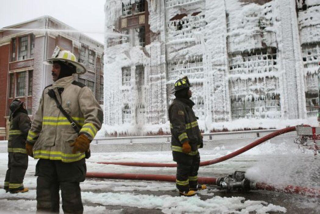 La variación de temperatura entre el almacén incendiado y el frío causad...