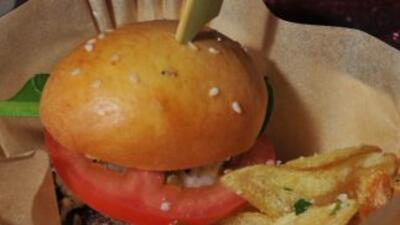 Papas fritas al estilo casero eran colocadas dentro del las hamburguesas...