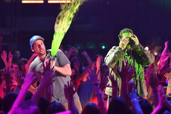 """Y después, le lanzó """"slime"""" a la gente. ¡Auch!"""