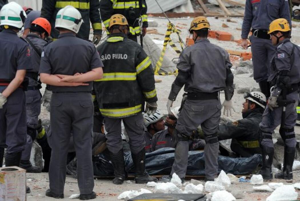 El medio indica que unas 24 personas han sido rescatadas con vida de ent...