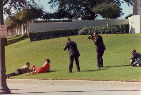 Bill y Gayle Newman se tiran en el cesped al sentir los disparos.