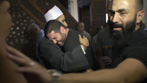 El imán de la mezquita Thawrah (El Cairo) consuela a familiares de los p...