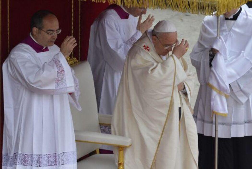 El papa Francisco haciendo la señal de la santa cruz.